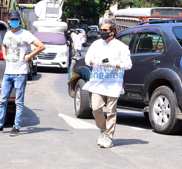Photos Irrfan Khan's mortal remains taken for burial from the hospital (5)