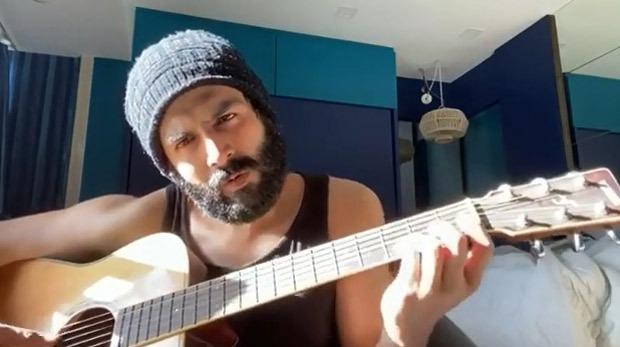 Kartik Aaryan leaves the internet in splits with his guitar playing skills