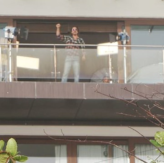 Shah Rukh Khan joins the work from home league during COVID-19, spotted shooting in Mannat's balcony