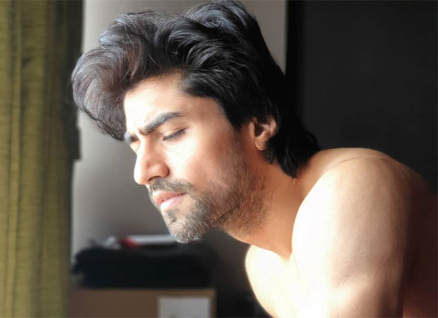 WATCH Harshad Chopda performs handstand pushups with perfection and we're stupefied!