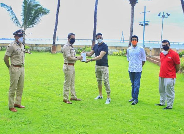 Akshay Kumar gifts 1200 fitness bands to the Mumbai Police