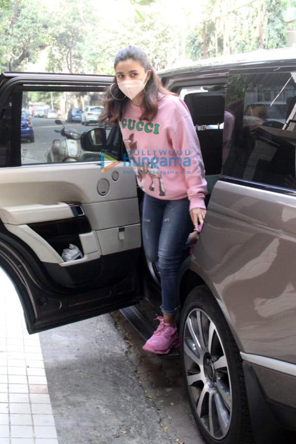 Photos: Alia Bhatt spotted outside a dubbing studio ...