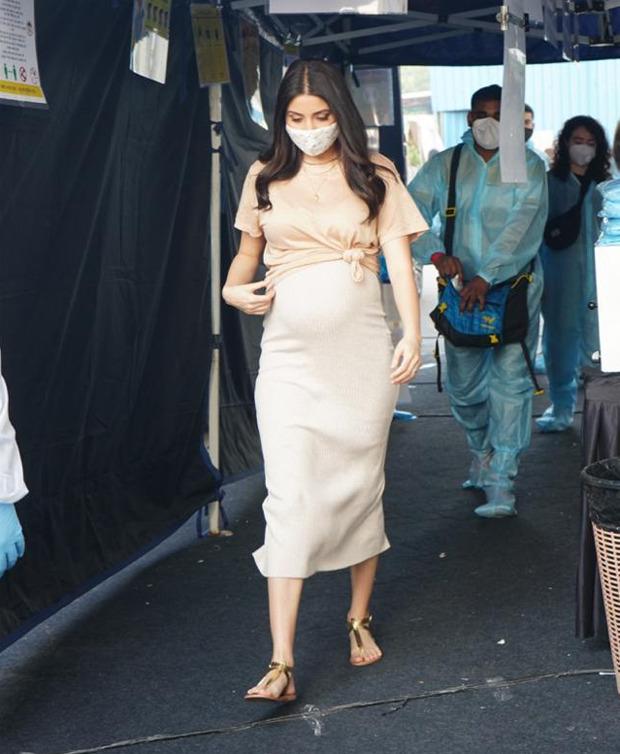Pregnant Anushka Sharma flaunts her baby bump as she shoots in the city