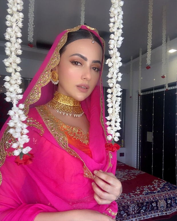 Sana Khan ditches the traditional yellow-green combination, opts for a stunning pink-orange contrast for her Mehendi function