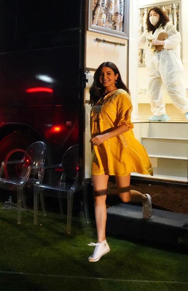 अनुष्का शर्मा एक चमकीले पीले रंग की पोशाक में चमकती हैं क्योंकि वह एक अन्य विज्ञापन की शूटिंग के लिए निकलती हैं