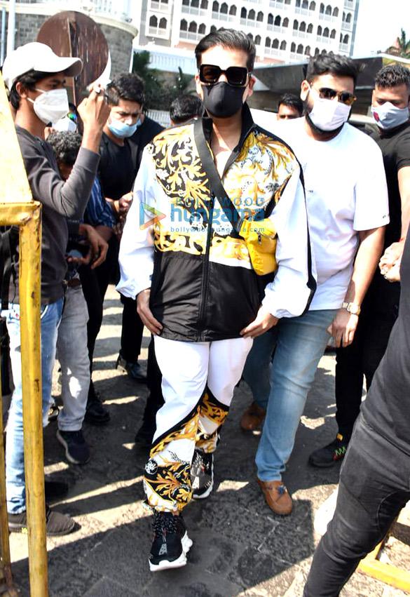 Photos Karan Johar spotted at Gateway Of India (1)