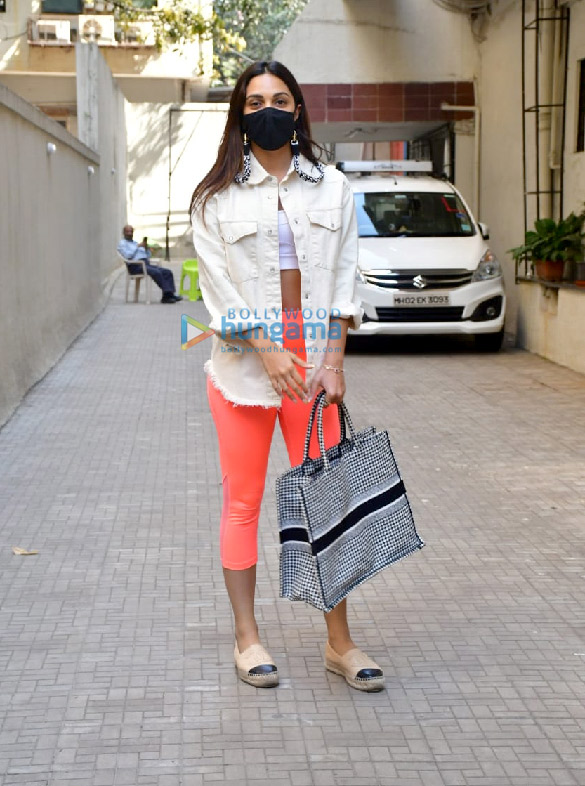 Photos Kiara Advani and Shashank Khaitan snapped at the old Dharma Productions office in Khar (1)