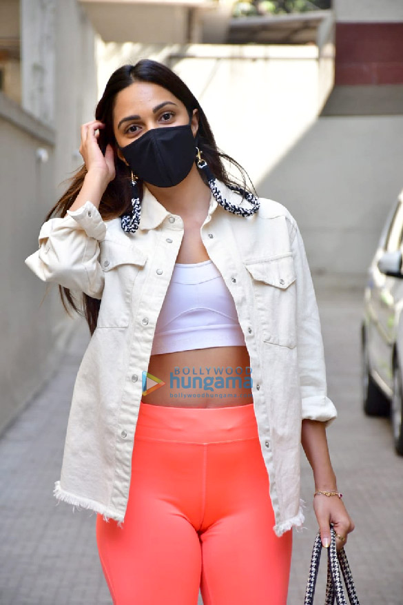 Photos Kiara Advani and Shashank Khaitan snapped at the old Dharma Productions office in Khar (2)
