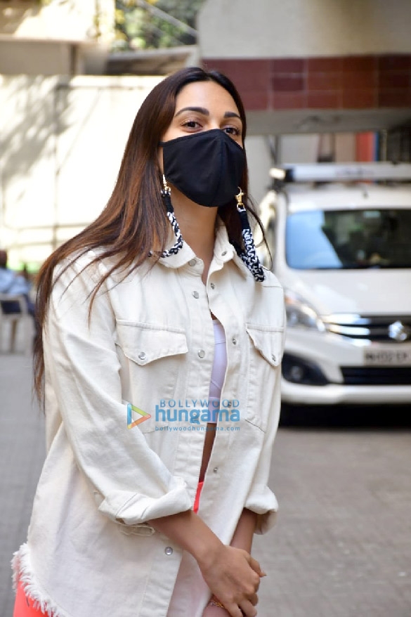 Photos Kiara Advani and Shashank Khaitan snapped at the old Dharma Productions office in Khar (4)