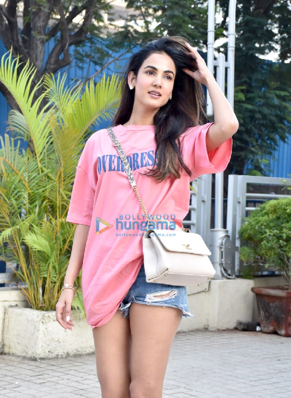 Photos Sonal Chauhan snapped at a store in Juhu (3)