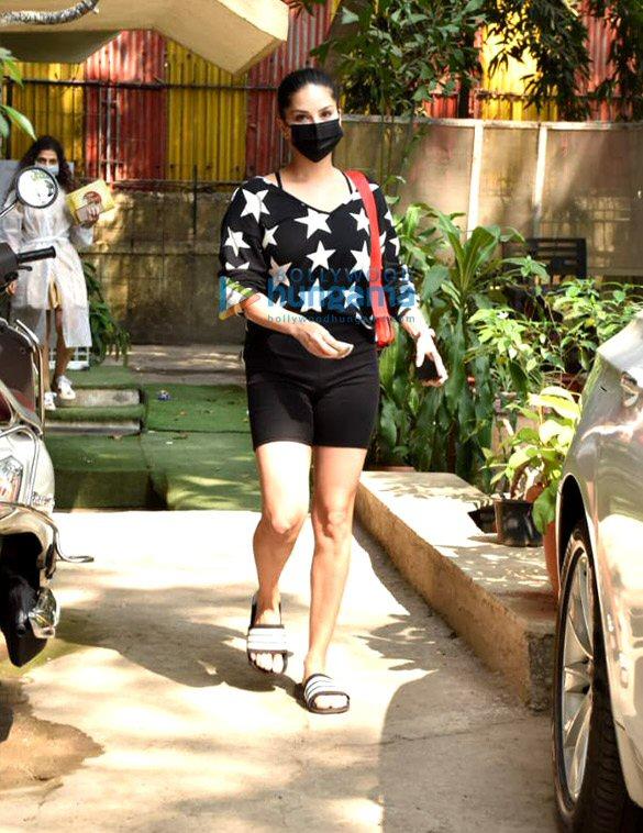 Photos Sunny Leone snapped at Kromakay salon in Juhu (3)