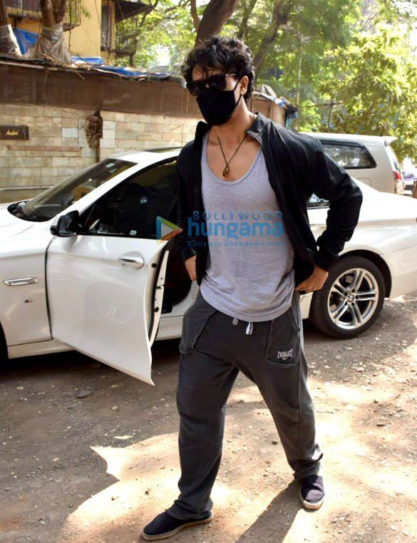 Photos Tiger Shroff snapped at dubbing studio in Juhu (3)