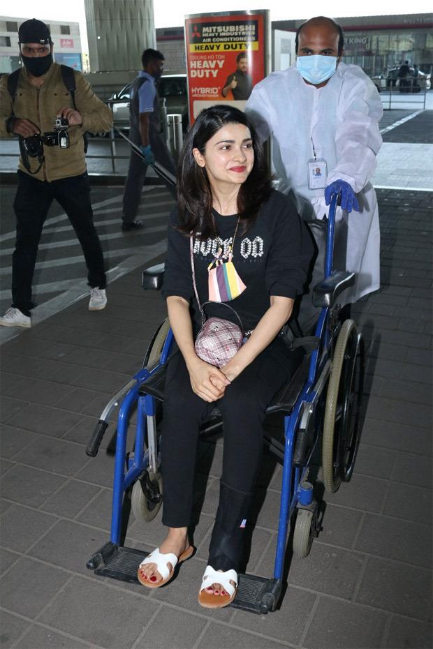 चित्र यहाँ है यही कारण है कि प्राची देसाई को हवाई अड्डे पर व्हीलचेयर में देखा गया