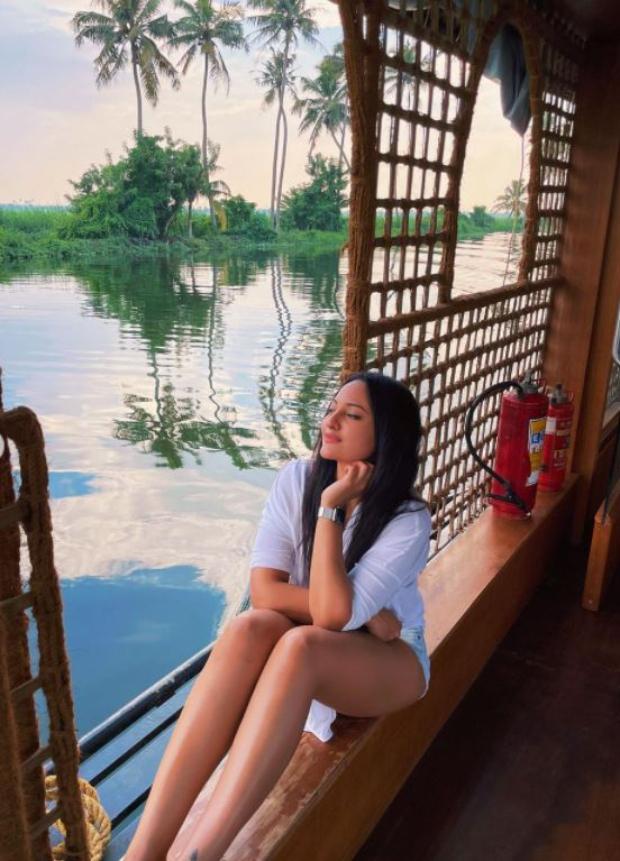 Sonakshi Sinha shares breathtaking pictures from her Kerala trip; Jacqueline Fernandez calls her Goddess