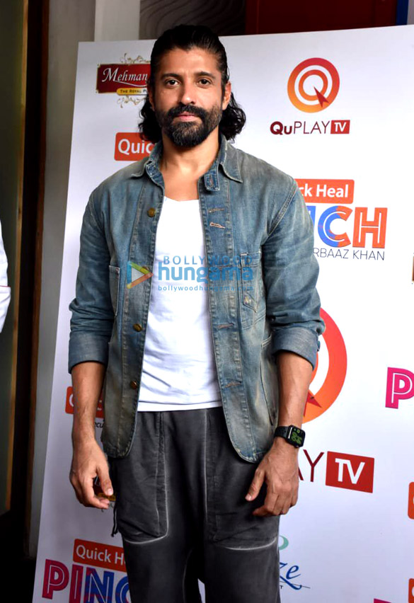 Photos Farhan Akhtar spotted shooting for Arbaaz Khan's chat show in Juhu (5)