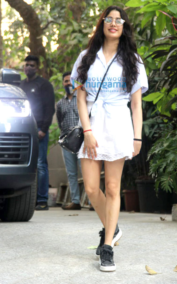 Photos Janhvi Kapoor and Varun Sharma snapped promoting Roohi at Maddock Films' office (4)