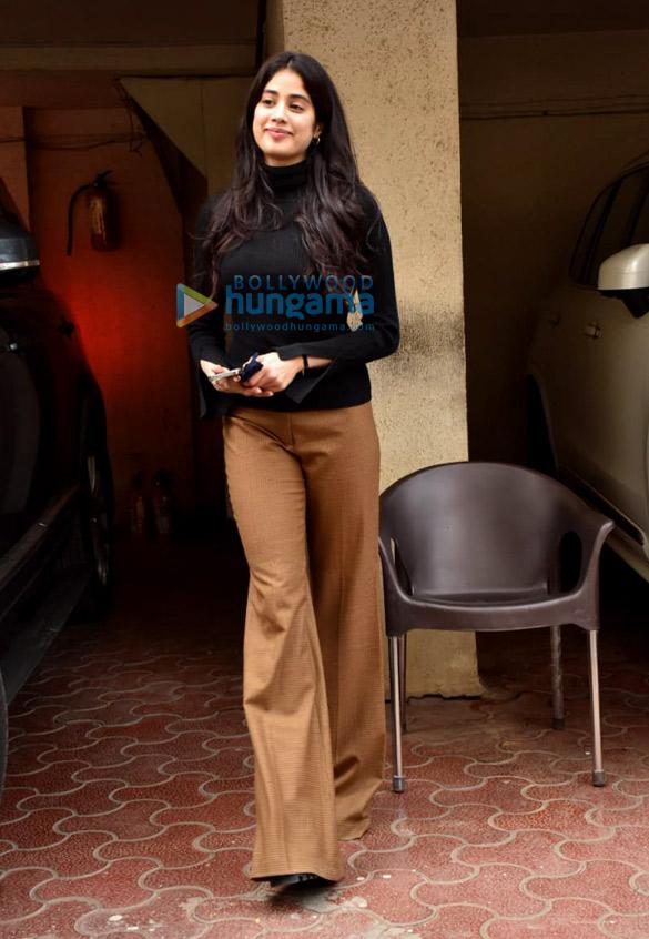 Photos Janhvi Kapoor snapped at Arjun Kapoor's house in Juhu (1)