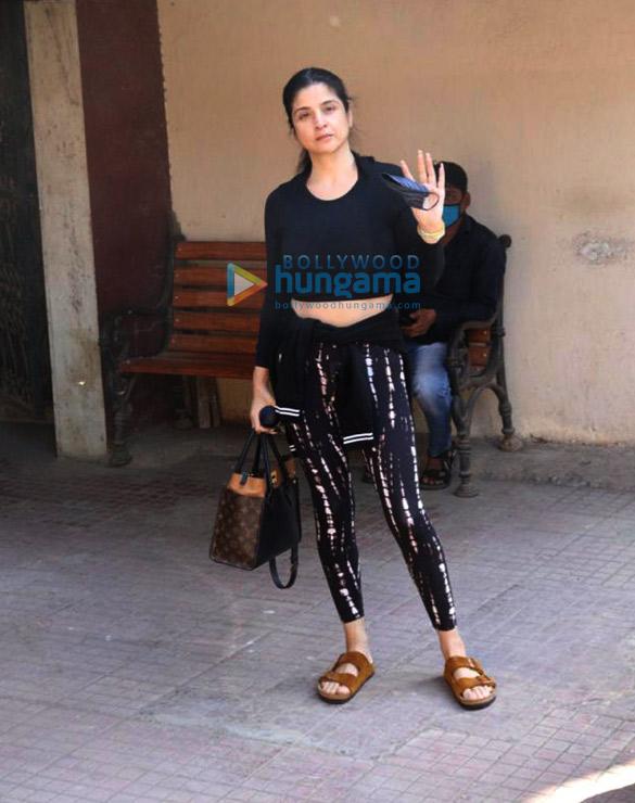 Photos Maheep Kapoor and Seema Khan snapped at the pilates gym (3)