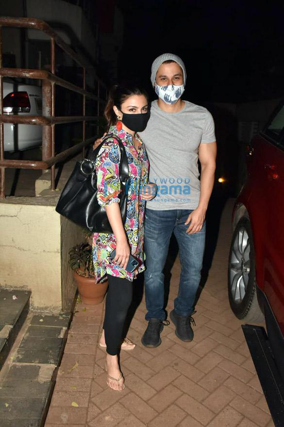 Photos Malaika Arora, Arjun Kapoor, Soha Ali Khan, Kunal Khemmu and Karisma Kapoor spotted at Kareena Kapoor Khan's house in Bandra (3)
