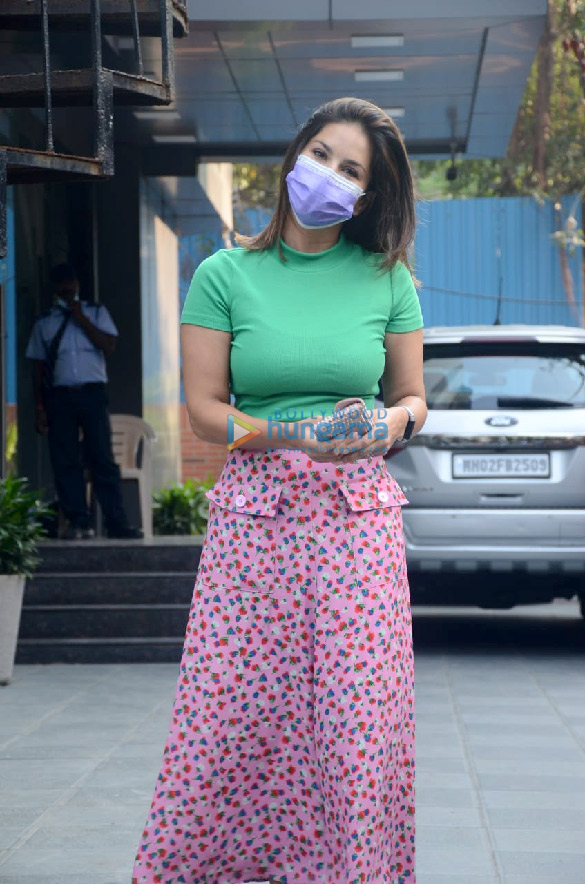Photos Sunny Leone snapped at JCB salon in Juhu (1)