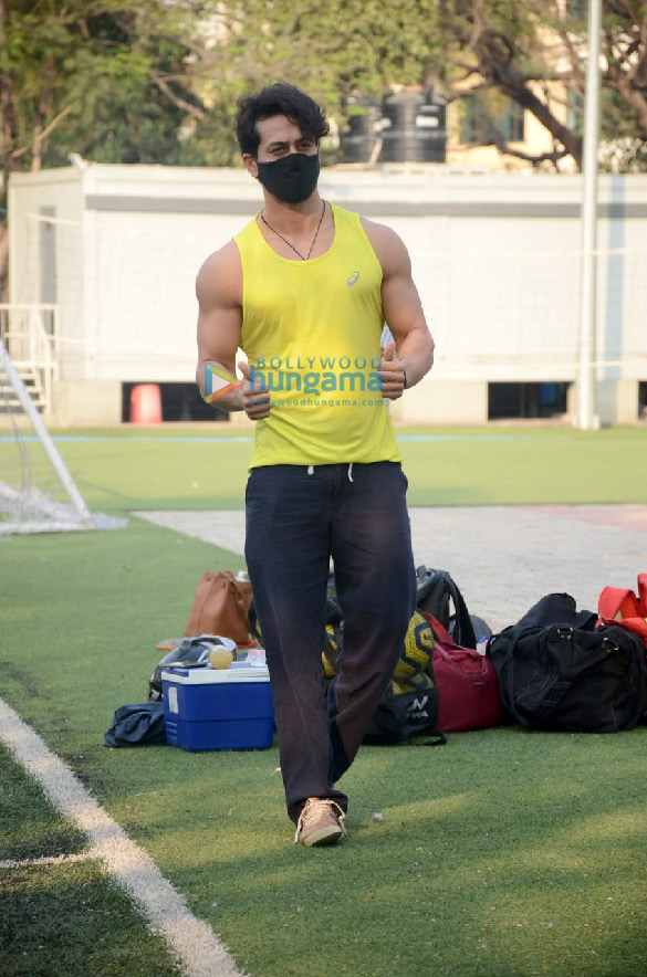 Photos Tiger Shroff, Aparshakti Khurana and others spotted at a Jamnabai ground in Juhu (2)