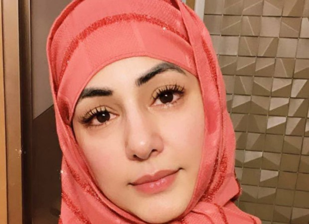 Hina Khan offers namaz for Gauahar Khan's father after his demise
