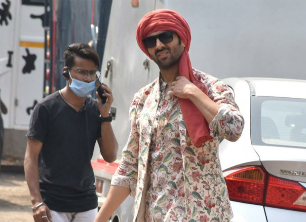 Kartik Aaryan spotted on the sets of Bhool Bhulaiyaa 2, looks dapper dressed in the traditional Rajasthani outfit