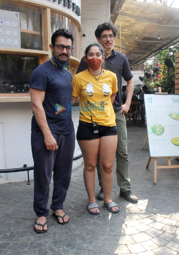 Photos Aamir Khan, Ira Khan and Junaid Khan spotted in Bandra (2)