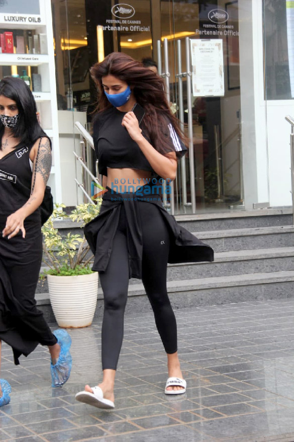 Photos Disha Patani snapped at a salon in Bandra (2)