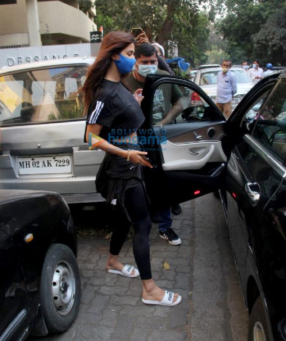 Photos Disha Patani snapped at a salon in Bandra (4)