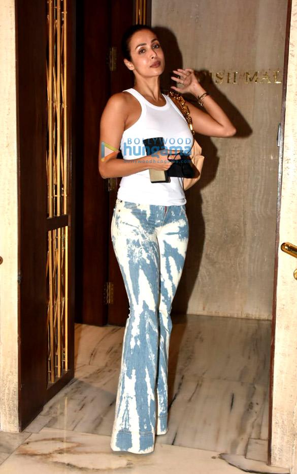 Photos Karisma Kapoor, Karan Johar and others snapped at Manish Malhotra's house in Bandra1 (2)