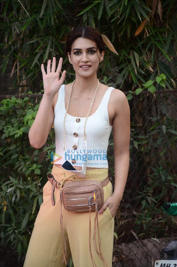 Photos Kriti Sanon snapped in Versova (4)