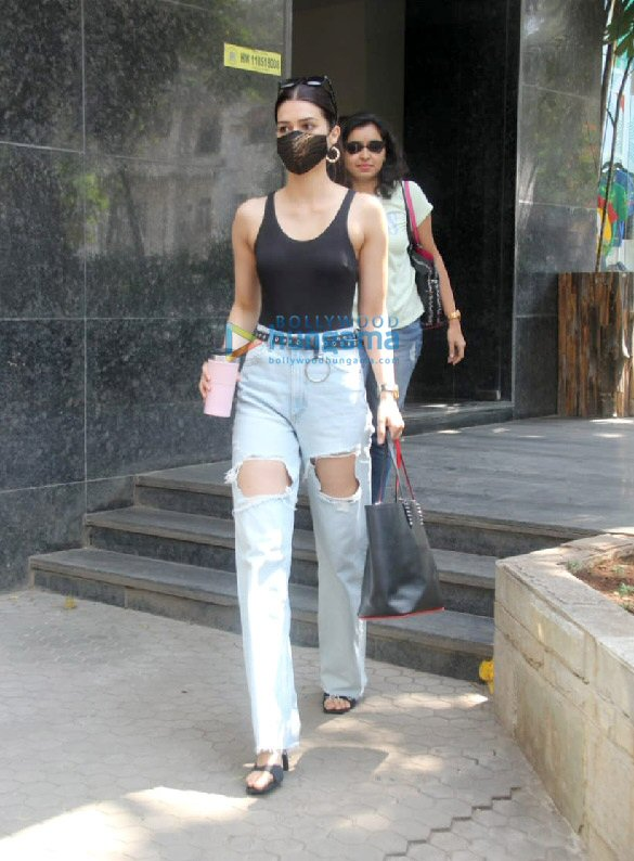 Photos Kriti Sanon spotted at clinic in Santacruz (1)