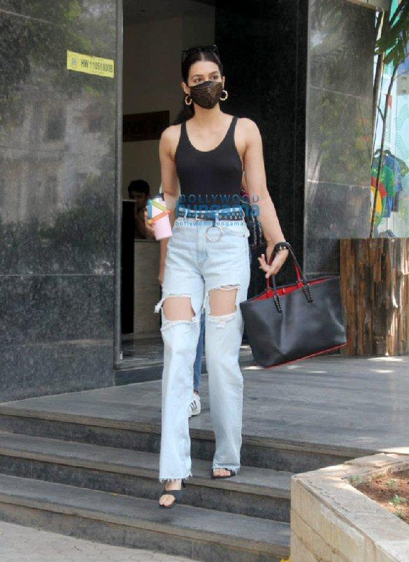 Photos Kriti Sanon spotted at clinic in Santacruz (3)