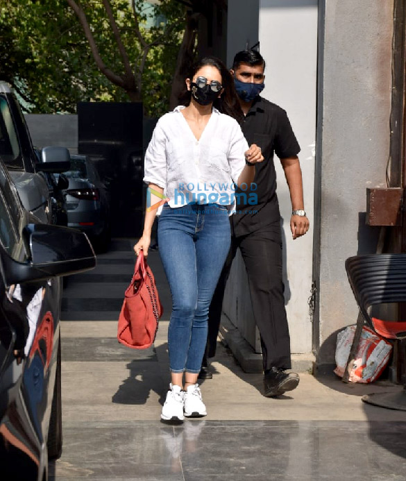 Photos Rakul Preet Singh snapped at Pooja Films' office in Juhu (4)