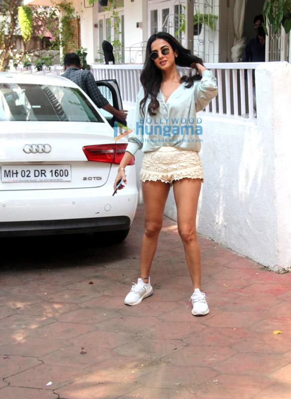 Photos Sonal Chauhan spotted at Bandra (4)