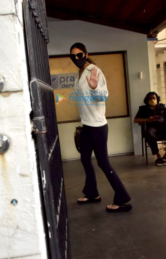Photos Vaani Kapoor snapped at a clinic in Juhu (1)