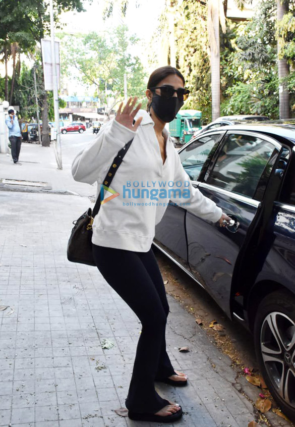 Photos Vaani Kapoor snapped at a clinic in Juhu (3)