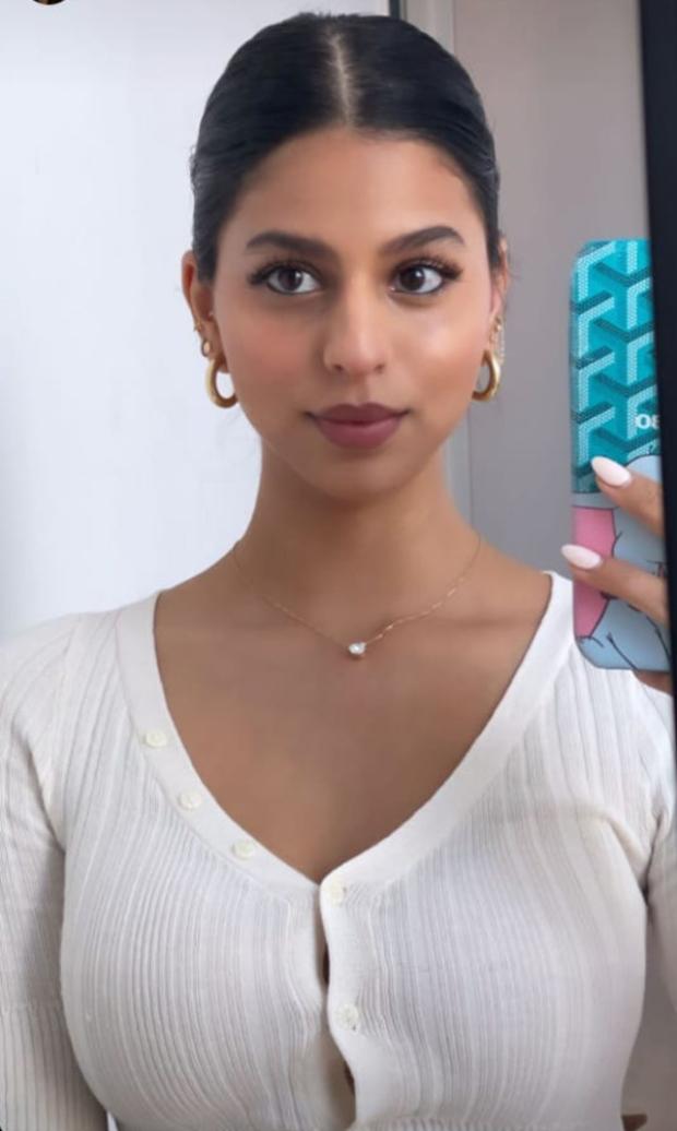 Shah Rukh Khan's daughter Suhana Khan flaunts her make up skills in latest mirror selfie