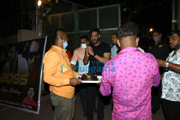 Photos Ajay Devgn snapped cutting a birthday cake with fans (3)