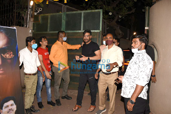 Photos Ajay Devgn snapped cutting a birthday cake with fans (4)