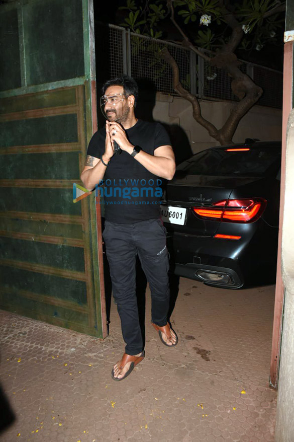 Photos Ajay Devgn snapped cutting a birthday cake with fans (6)