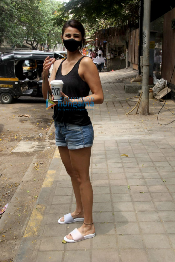 Photos Daisy Shah spotted at a cafe in Khar (3)