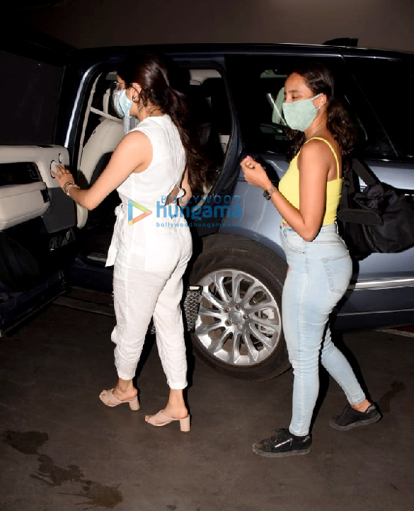 Photos Janhvi Kapoor and Namrata Purohit snapped at the airport (1)