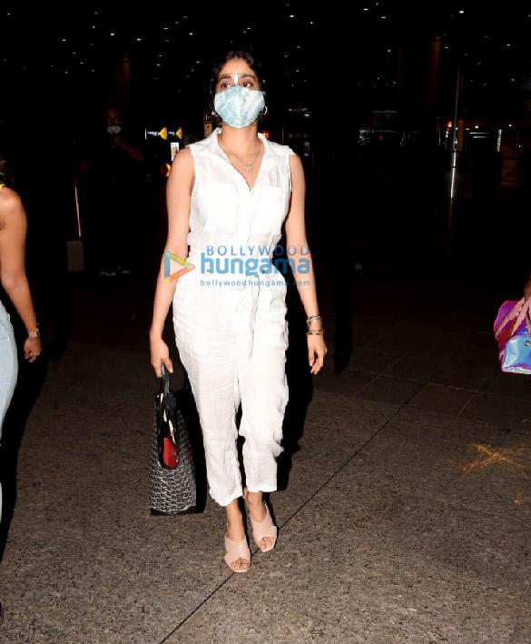 Photos Janhvi Kapoor and Namrata Purohit snapped at the airport (4)