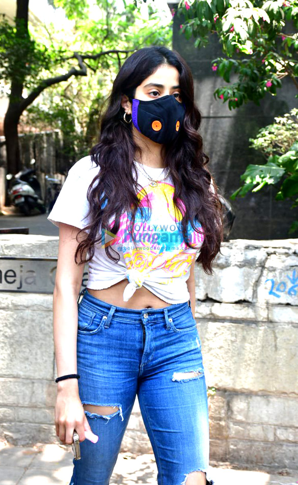 Photos: Janhvi Kapoor spotted at a clinic