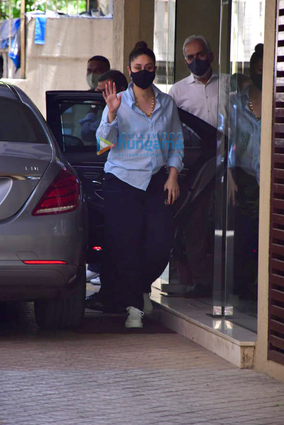Photos: Kareena Kapoor Khan snapped at Karisma Kapoor's house