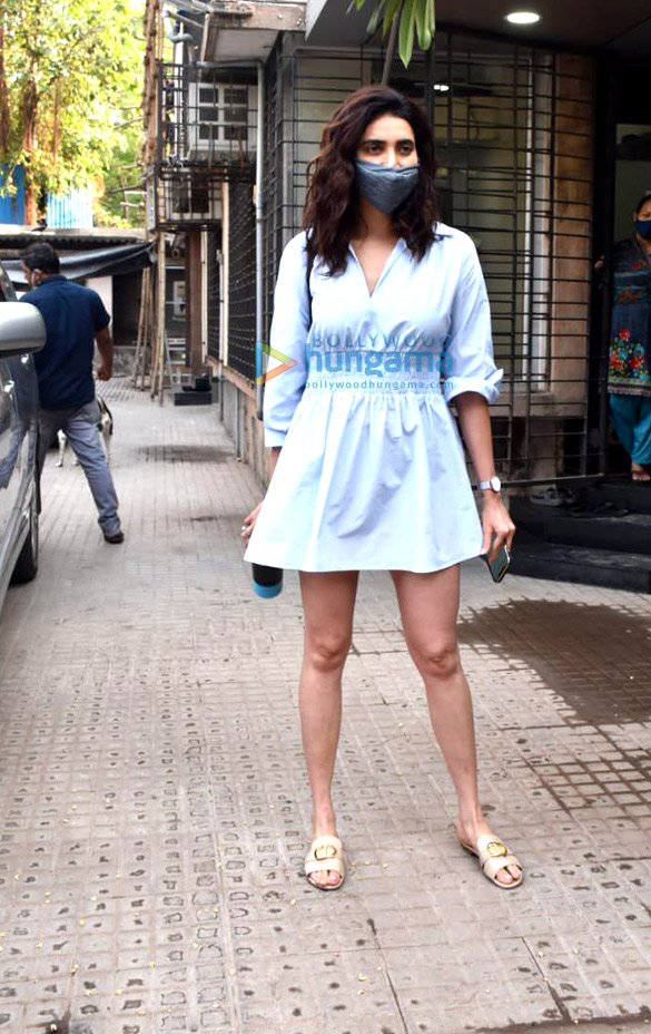 Photos Karishma Tanna snapped at a clinic in Juhu (2)