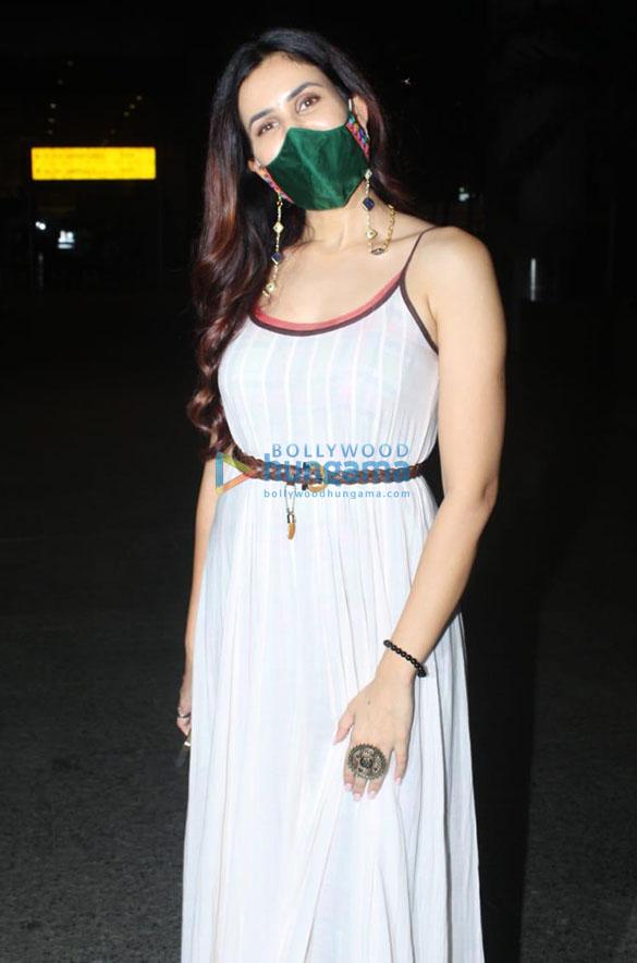 Photos Kriti Sanon, Sonnalli Seygall and Nikki Tamboli snapped at the airport (1)