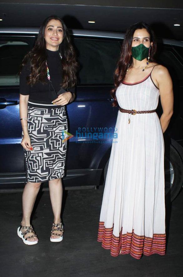 Photos Kriti Sanon, Sonnalli Seygall and Nikki Tamboli snapped at the airport (3)